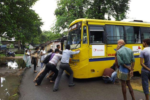 Diego, empujando con más gente el autobús, para sacarlo del barrizal